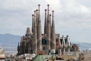 edificios hechos con piedra - sagrada familia