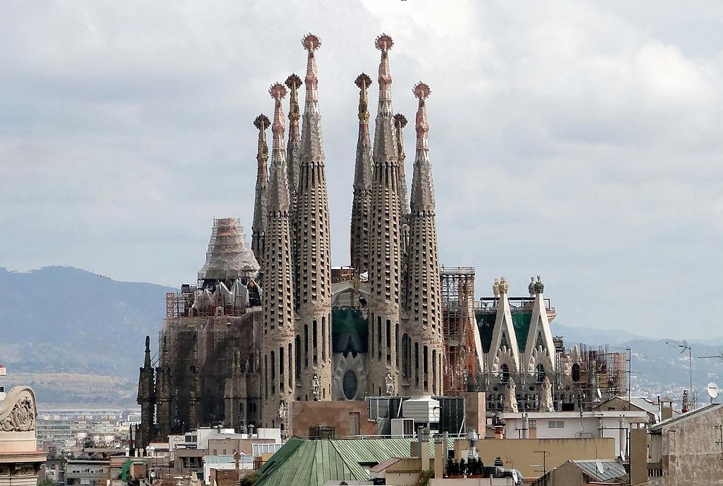 edificios hechos con piedra sagrada familia